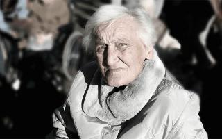 К чему снится смерть бабушки которая жива сонник